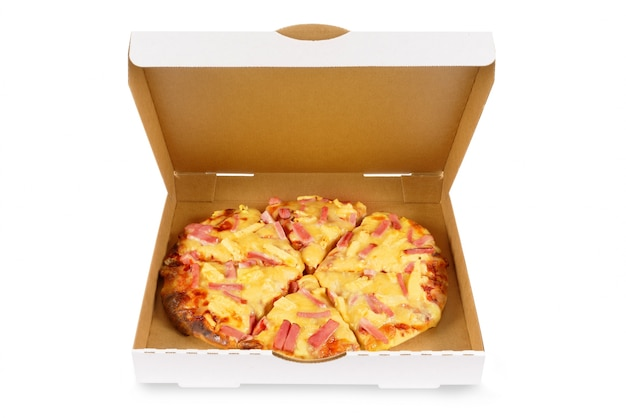 Hawaiiaanse pizza in duidelijke witte doos