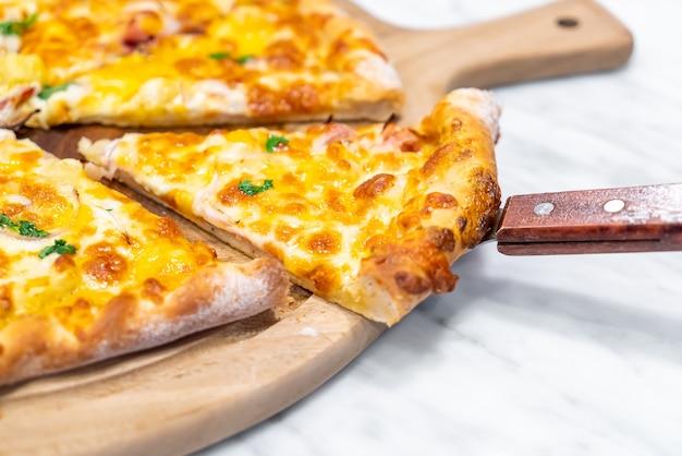 Hawaiiaanse pizza op houten dienblad