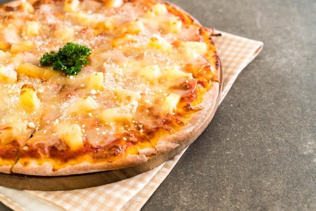 Hawaiiaanse pizza op tafel