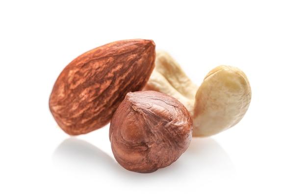 Hazelnoot, amandelnoot en cashewnoot op wit wordt geïsoleerd