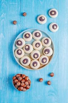 Hazelnootkoekjes met hazelnoten, bovenaanzicht