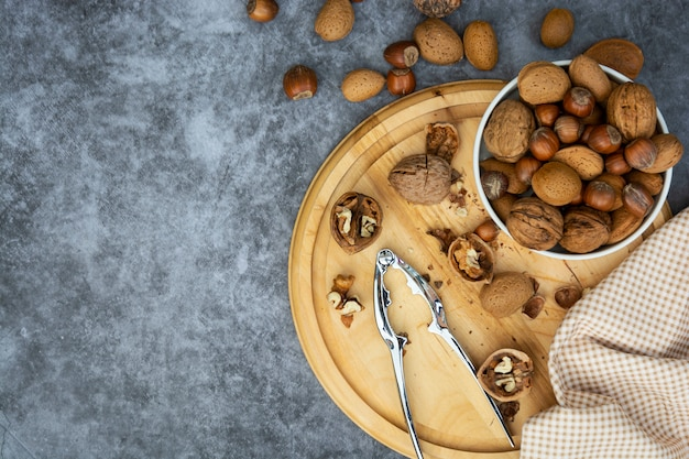 Hazelnoten, amandelen en walnoten in een mand.