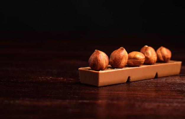 Hazelnoten en chocolade op houten achtergrond