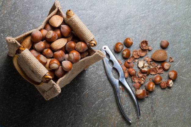 Hazelnoten met amandelen en oude notenkraker