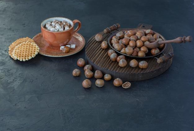 Hazelnoten, wafels en een kop warme chocolademelk met marshmallows