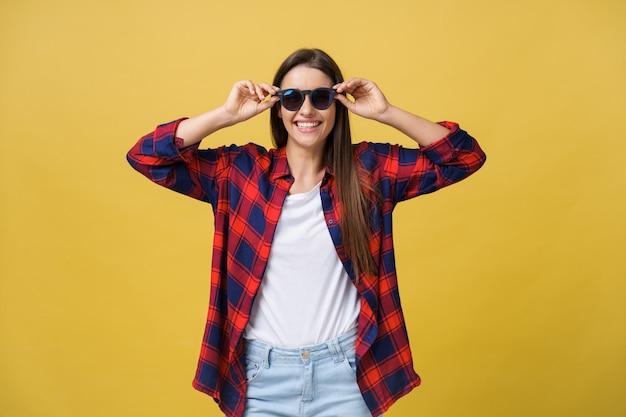 Headshot portret van gelukkig meisje met sproeten glimlachend camera kijken. geïsoleerd op gele achtergrond.