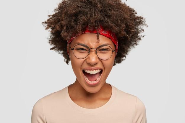 Headshot van geërgerd ontevreden afro-amerikaans meisje heeft woedende gezichtsuitdrukking