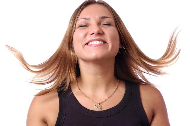 Headshot van gelukkige emotionele tienermeisje lachen, haar dansen, ogen gesloten houden