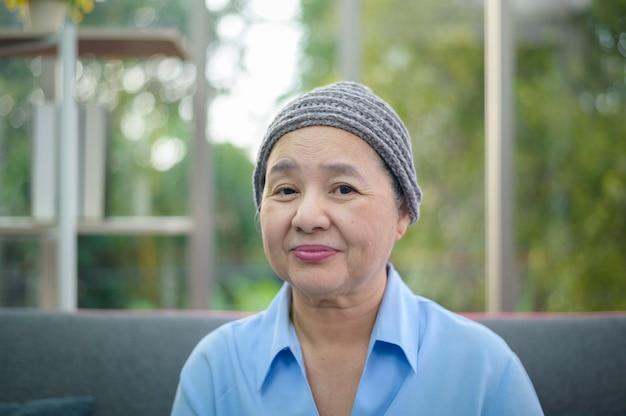 Headshot van glimlachende kankervrouw in huis