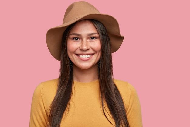 Headshot van goed uitziend model poseert voor voorblad van modeblad, heeft positieve uitdrukking