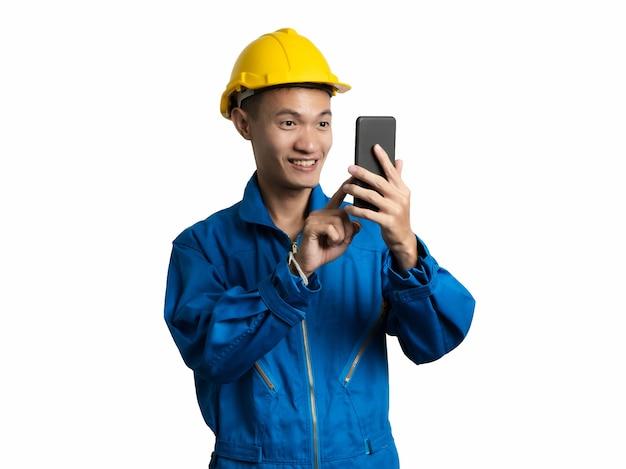 Headshot van ingenieur jonge man met behulp van mobiele telefoon aziatische man.