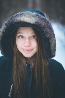 Headshot van jonge mooie vrouw in warme kleding