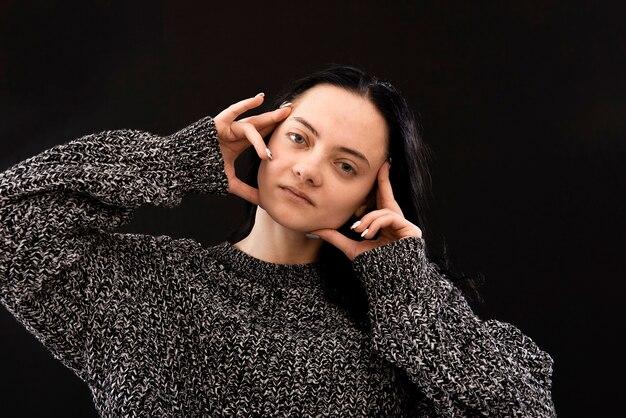 Headshot van jonge vrouw met harde hoofdpijn of koorts of migraine die haar handen op tempels dichtbij gezicht houdt