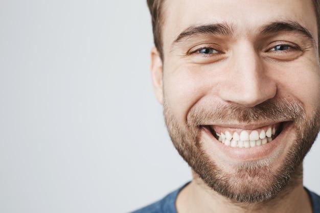 Headshot van lachende gelukkig man met witte tanden