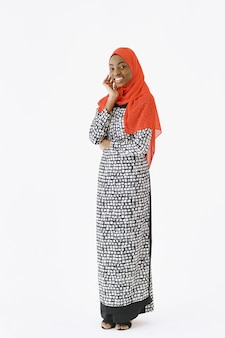 Headshot van mooie tevreden religieuze moslimvrouw met zachte glimlach, donkere gezonde huid, draagt sjaal op hoofd. geïsoleerd op witte achtergrond. Gratis Foto