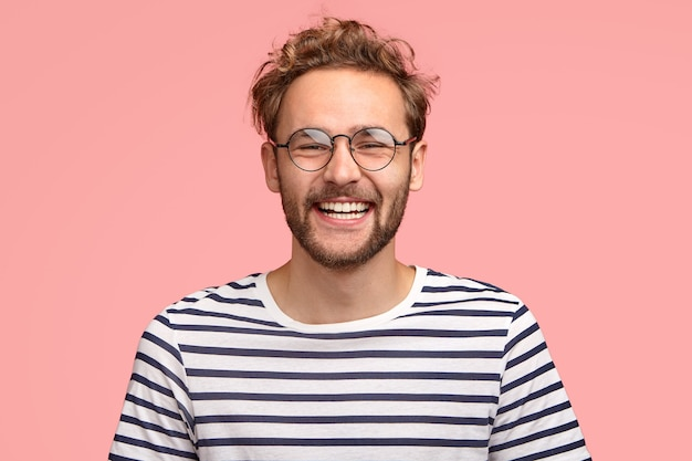 Headshot van tevreden hipster heeft uitdrukking tevredengesteld