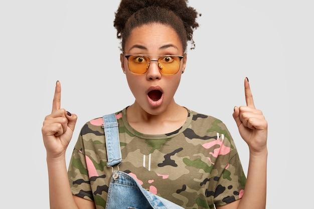 Headshot van verrast donkere hipster heeft krullend haar