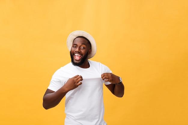 Headshot van verrast jonge afro-amerikaanse man met casual grijs t-shirt camera staren met geschokte blik, verbazing en shock uiten.