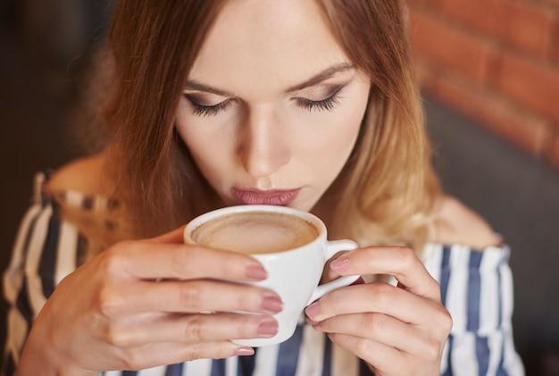 Headshot van vrouw die koffie drinkt
