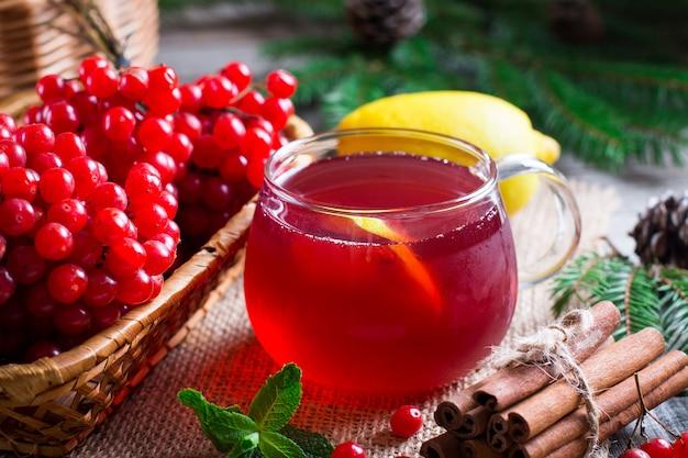 Healing tea viburnum. bos van viburnum op een tafel