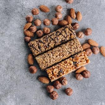 Health bars en mixed nuts. energierepen met amandel en hazelnoten. snack voor gezond stilleven