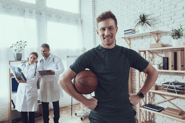 Healthand glimlach basketbalspeler in de kliniek