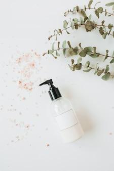 Healthcare spa concept met kopie ruimte vloeibare zeep fles op wit