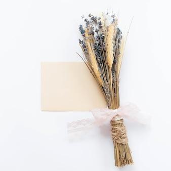 Healthy spa concept en boeket van lavendel
