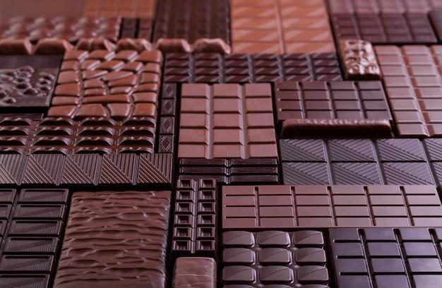 Heap chocolade achtergrond, biologische cacaobars.