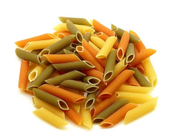 Heap ruwe kleur macaroni op wit