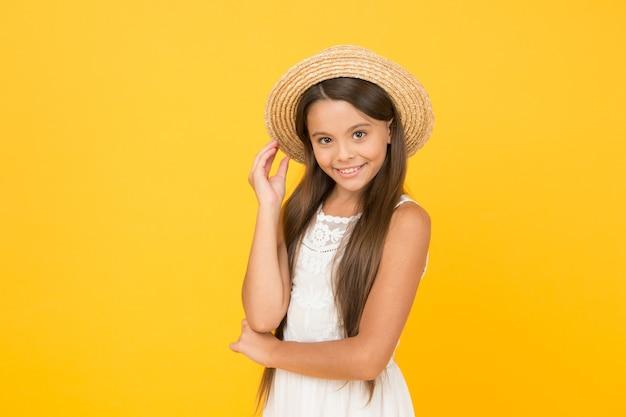 Heb grappige zomervakantie. tropische toer. zomer toer. vrije tijd en entertainment concept. zomer reizen. vakantie stemming. verkoop en korting. goederen voor kinderen. aanbiddelijk meisje dat elegante hoed draagt.