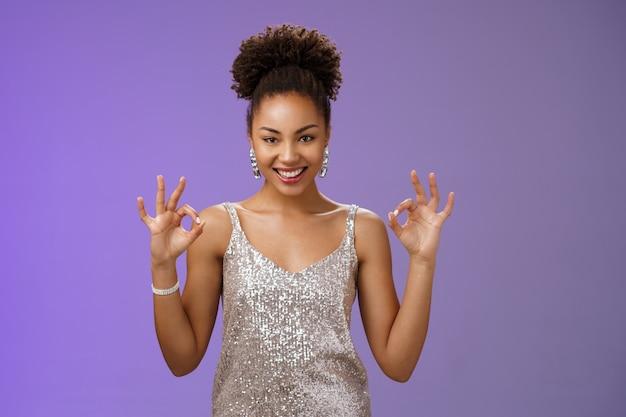 Heb het perfecte deal brutaal zelfverzekerde aantrekkelijke creatieve afro-amerikaanse vrouw in zilver glinsterende ...