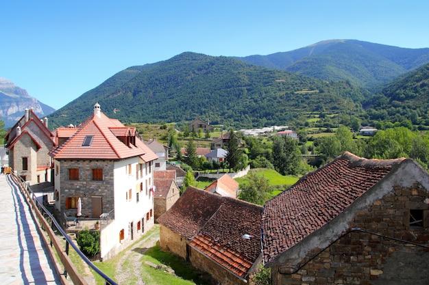 Hecho vallei dorp stenen straten in de pyreneeën