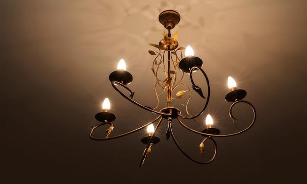 Hedendaagse kroonluchter, is een vertakte decoratieve lamp die is ontworpen om te worden gemonteerd op plafonds of muren.