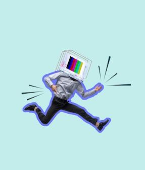 Hedendaagse kunstcollage. jonge man onder leiding van tv-toestel springen geïsoleerd over lichtblauwe achtergrond. kopieer ruimte voor tekst, ontwerp, advertentie. moderne creatieve kunstwerken. folder.
