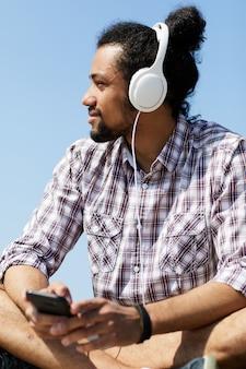 Hedendaagse man luisteren naar muziek in de zomer
