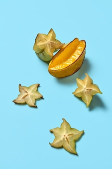 Heel en stukjes exotisch fruit van carambola of een stervrucht
