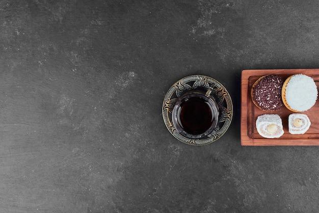 Heemstkoekjes en een glas thee, bovenaanzicht.