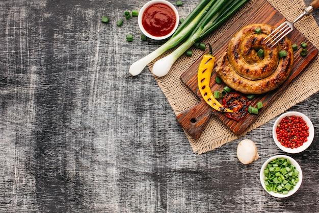 Heerlijk barbecue snel voedsel op grijze houten lijst
