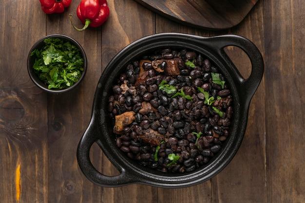 Heerlijk braziliaans eten arrangement bovenaanzicht