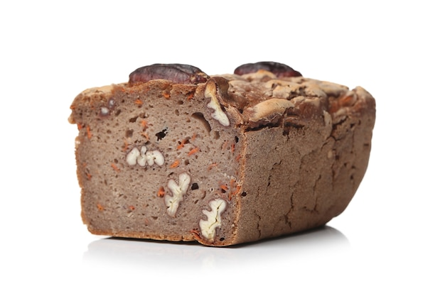 Heerlijk brood met walnoten op een witte ondergrond