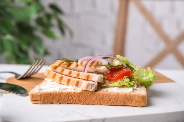 Heerlijk broodje met kip geserveerd op tafel
