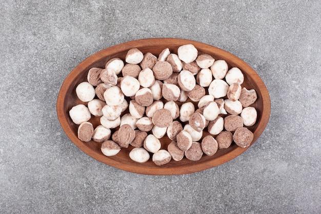 Heerlijk bruin suikergoed op houten plaat