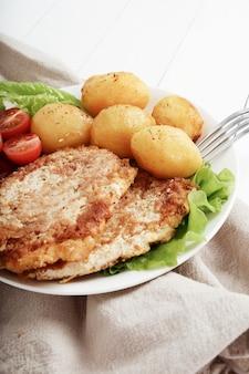 Heerlijk diner met steaks, gekookte aardappelen en salade