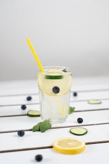 Heerlijk drankje met citroen en komkommers