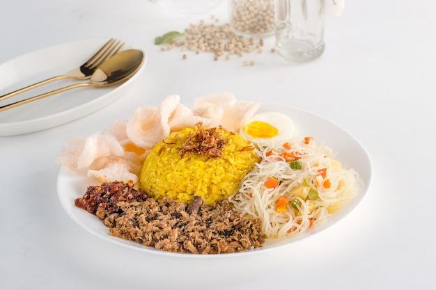 Heerlijk en gezond indonesisch eten nasi kuning