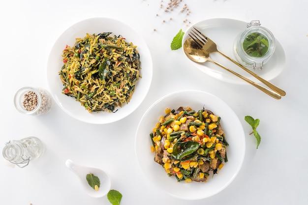 Heerlijk en gezond indonesisch eten op een grijze achtergrond