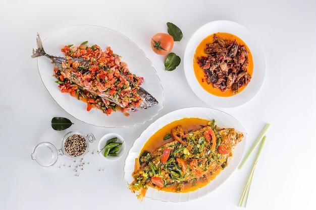 Heerlijk en gezond indonesisch eten op een grijze structuur