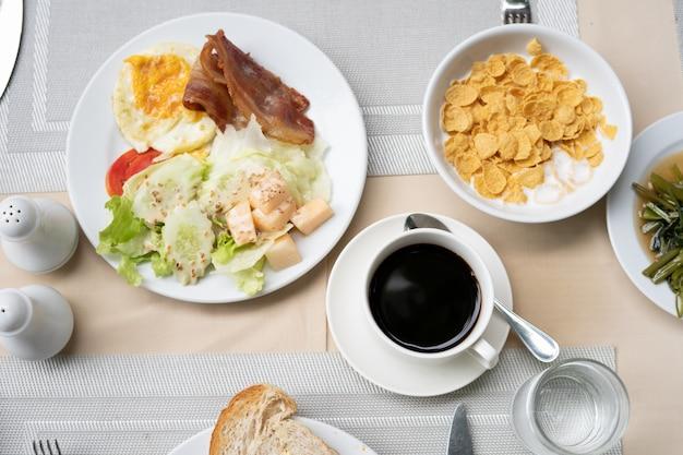 Heerlijk en gezond ontbijt geserveerd met croissants, koffie,