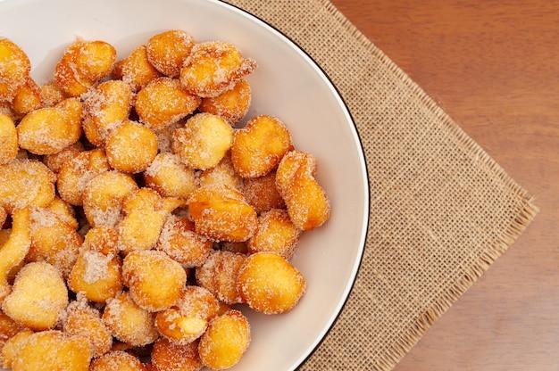 Heerlijk en traditioneel huisgemaakt braziliaans snoepje genaamd bolinho de chuva op een bord